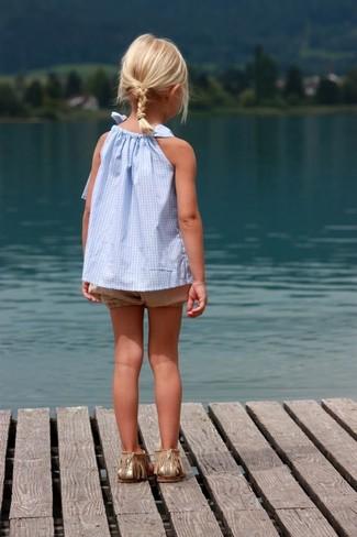 Wie kombinieren: hellblaues Trägershirt, beige Shorts, goldene Sandalen