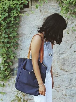 Dunkelblaue Shopper Tasche aus Segeltuch kombinieren – 13 Damen Outfits: Probieren Sie die Kombi aus einem hellblauen Trägershirt und einer dunkelblauen Shopper Tasche aus Segeltuch für ein bequemes Outfit.