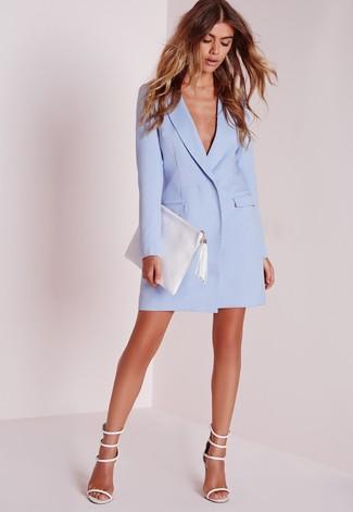 Wie kombinieren: hellblaues Tuxedokleid, weiße Leder Sandaletten, weiße Leder Clutch
