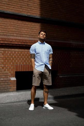 Wie kombinieren: hellblaues vertikal gestreiftes Kurzarmhemd, braune Shorts, weiße niedrige Sneakers