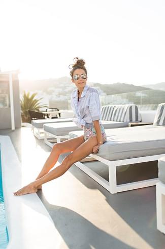 Badeanzug kombinieren – 28 Damen Outfits: Wahlen Sie ein hellblaues vertikal gestreiftes Kurzarmhemd und einen Badeanzug, wenn Sie einen ein ultralässiges City-Outfit wollen.