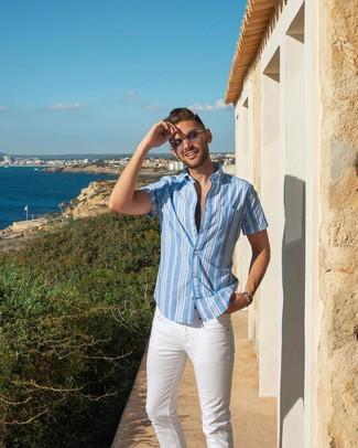 Wie kombinieren: hellblaues vertikal gestreiftes Kurzarmhemd, weiße Jeans, graue Sonnenbrille