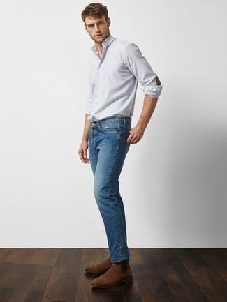 Hellblaues vertikal gestreiftes Langarmhemd kombinieren – 184 Herren Outfits: Tragen Sie ein hellblaues vertikal gestreiftes Langarmhemd und blauen Jeans, um mühelos alles zu meistern, was auch immer der Tag bringen mag. Entscheiden Sie sich für braunen Chelsea Boots aus Wildleder, um Ihr Modebewusstsein zu zeigen.
