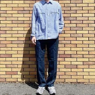 30 Jährige: Hellblaues vertikal gestreiftes Langarmhemd kombinieren – 110 Herren Outfits: Entscheiden Sie sich für einen klassischen Stil in einem hellblauen vertikal gestreiften Langarmhemd und einer dunkelblauen Anzughose. Graue Sportschuhe liefern einen wunderschönen Kontrast zu dem Rest des Looks.