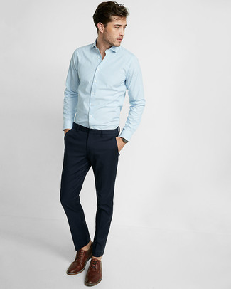Wie kombinieren: hellblaues vertikal gestreiftes Langarmhemd, dunkelblaue Chinohose, braune Leder Derby Schuhe