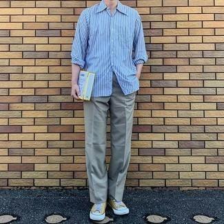Senf Segeltuch niedrige Sneakers kombinieren – 48 Herren Outfits: Kombinieren Sie ein hellblaues vertikal gestreiftes Langarmhemd mit einer grauen Anzughose für eine klassischen und verfeinerte Silhouette. Fühlen Sie sich mutig? Komplettieren Sie Ihr Outfit mit senf Segeltuch niedrigen Sneakers.