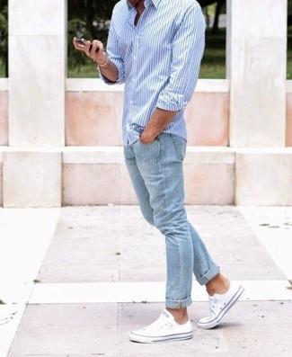 Hellblaues vertikal gestreiftes Langarmhemd kombinieren – 184 Herren Outfits: Erwägen Sie das Tragen von einem hellblauen vertikal gestreiften Langarmhemd und hellblauen Jeans für ein großartiges Wochenend-Outfit. Komplettieren Sie Ihr Outfit mit weißen Segeltuch niedrigen Sneakers.