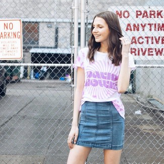 Wie kombinieren: hellviolettes Mit Batikmuster T-Shirt mit einem Rundhalsausschnitt, blauer Jeans Minirock