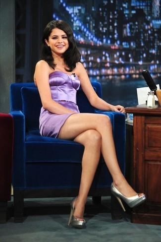 Selena Gomez trägt hellviolettes Satin Etuikleid, silberne Leder Pumps