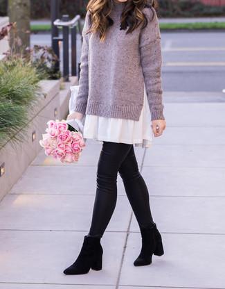 Wie kombinieren: hellviolettes Sweatkleid, schwarze Lederleggings, schwarze Chelsea-Stiefel aus Wildleder