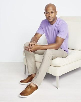 Herren Outfits 2021: Paaren Sie ein hellviolettes T-Shirt mit einem V-Ausschnitt mit hellbeige Jeans für einen bequemen Alltags-Look. Putzen Sie Ihr Outfit mit braunen Leder Derby Schuhen.