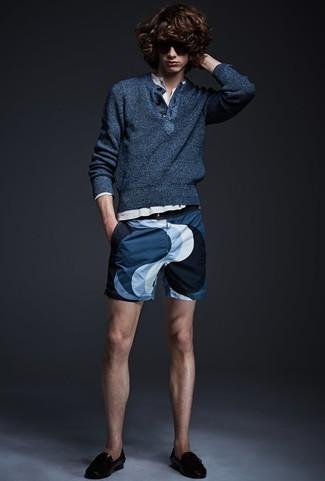 Wie kombinieren: dunkelblauer Henley-Pullover, weißes Langarmshirt mit einer Knopfleiste, dunkelblaue bedruckte Shorts, schwarze Leder Slipper mit Quasten