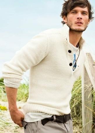 Wie kombinieren: weißer Henley-Pullover, weißes und blaues bedrucktes T-Shirt mit einem Rundhalsausschnitt, graue Cargohose, brauner Segeltuchgürtel
