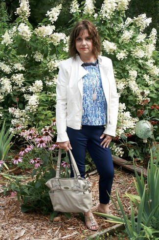Weiße Lederjacke, Blaues bedrucktes Ärmelloses Oberteil, Dunkelblaue Karottenhose, Hellbeige Flache Sandalen aus Leder für Damen