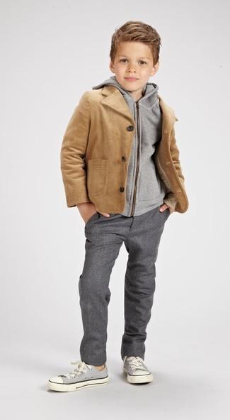 Wie kombinieren: beige Jacke, grauer Pullover mit einer Kapuze, graue Hose, graue Turnschuhe