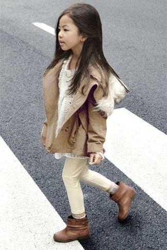Wie kombinieren: beige Jacke, weißer Pullover, hellbeige Jeans, braune Stiefel