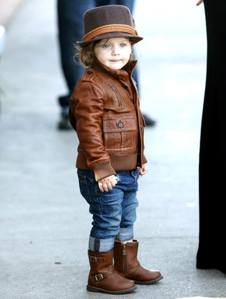 Wie kombinieren: braune Lederjacke, blaue Jeans, braune Stiefel aus Leder, dunkelbrauner Hut