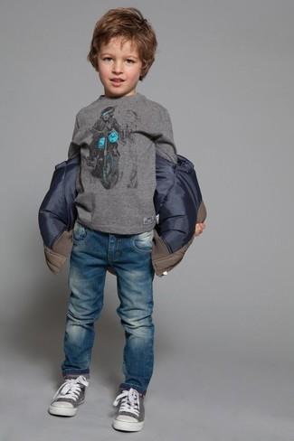 Wie kombinieren: braune Jacke, graues Langarmshirt, blaue Jeans, graue Turnschuhe