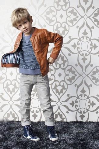Wie kombinieren: braune Lederjacke, blauer Pullover, graue Jeans, dunkelblaue Turnschuhe