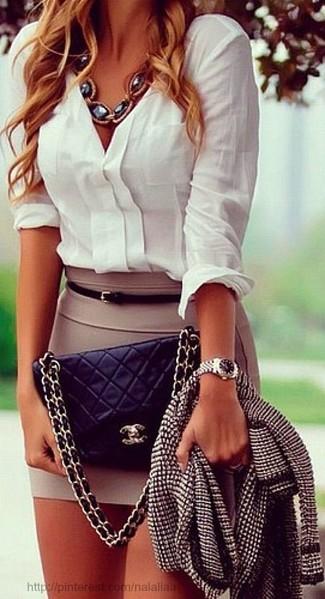 Entscheiden Sie sich für eine schwarze und weiße Tweed Jacke und einen beige Minirock, um mühelos alles zu meistern, was auch immer der Tag bringen mag.