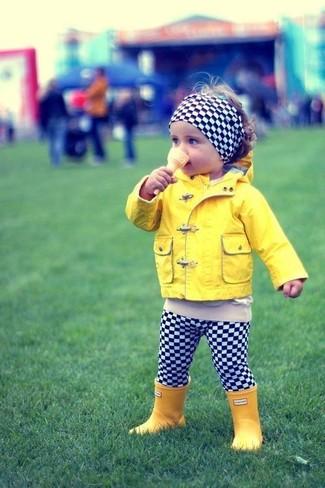 Wie kombinieren: gelbe Jacke, schwarze und weiße Leggings mit Karomuster, gelbe Gummistiefel, schwarzes und weißes Haarband mit Karomuster
