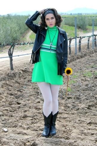 Etwas Einfaches wie die Paarung aus einer schwarzen Fransen Lederjacke und einem grünen Gerade Geschnittenem Kleid kann Sie von der Menge abheben. Schwarze Cowboystiefel aus Leder verleihen einem klassischen Look eine neue Dimension.