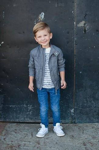 Wie kombinieren: graue Jacke, weißes horizontal gestreiftes T-shirt, blaue Jeans, weiße Turnschuhe
