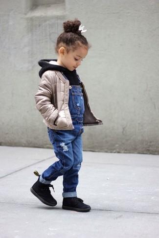 Wie kombinieren: hellbeige gesteppte Jacke, schwarzer Pullover mit einer Kapuze, blaue Jeans Latzhose, schwarze Stiefel