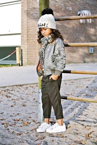 Wie kombinieren: graue Jacke, schwarze Jeans, weiße Turnschuhe, weiße Mütze