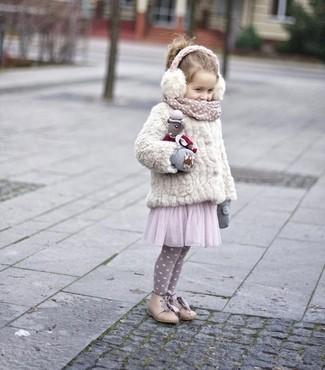 Wie kombinieren: weiße Pelzjacke, rosa Tüllkleid, hellbeige Stiefel, graue Handschuhe