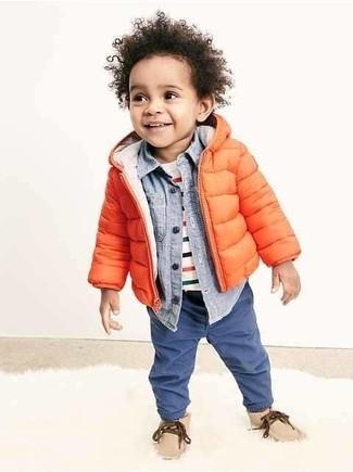 Wie kombinieren: orange Jacke, hellblaues Langarmhemd, weißes horizontal gestreiftes T-shirt, blaue Jeans