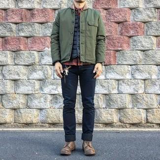 Wie kombinieren: olivgrüne Jacke mit einer Kentkragen und Knöpfen, schwarze gesteppte ärmellose Jacke, rotes und schwarzes Langarmhemd mit Karomuster, dunkelblaue enge Jeans
