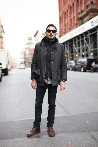 Dunkelgraue Jacke mit einer Kentkragen und Knöpfen kombinieren – 15 Herren Outfits: Kombinieren Sie eine dunkelgraue Jacke mit einer Kentkragen und Knöpfen mit dunkelgrauen Jeans, um mühelos alles zu meistern, was auch immer der Tag bringen mag. Fügen Sie eine braune Lederfreizeitstiefel für ein unmittelbares Style-Upgrade zu Ihrem Look hinzu.