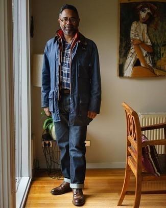 50 Jährige: Dunkelblaues und grünes Langarmhemd mit Schottenmuster kombinieren – 8 Herren Outfits: Kombinieren Sie ein dunkelblaues und grünes Langarmhemd mit Schottenmuster mit dunkelblauen Jeans für ein großartiges Wochenend-Outfit. Komplettieren Sie Ihr Outfit mit braunen Leder Brogues, um Ihr Modebewusstsein zu zeigen.