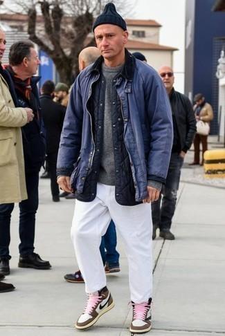 Grauen Pullover mit einem Rundhalsausschnitt kombinieren für kühl Wetter: trends 2020: Tragen Sie einen grauen Pullover mit einem Rundhalsausschnitt und eine weiße Chinohose für ein sonntägliches Mittagessen mit Freunden. Fühlen Sie sich ideenreich? Vervollständigen Sie Ihr Outfit mit braunen hohen Sneakers aus Leder.