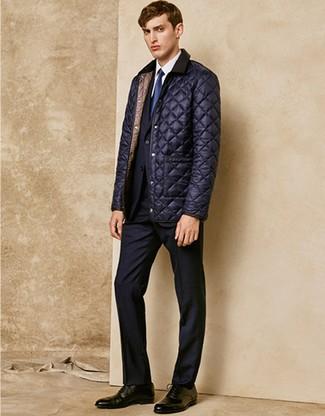Dunkelblaue Jacke mit einer Kentkragen und Knöpfen kombinieren – 1 Elegante Herren Outfits: Kombinieren Sie eine dunkelblaue Jacke mit einer Kentkragen und Knöpfen mit einem schwarzen Anzug, um vor Klasse und Perfektion zu strotzen. Fühlen Sie sich ideenreich? Komplettieren Sie Ihr Outfit mit schwarzen Leder Oxford Schuhen.