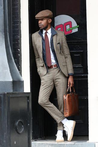 Dunkelblaue Jacke mit einer Kentkragen und Knöpfen kombinieren – 51 Herren Outfits: Kombinieren Sie eine dunkelblaue Jacke mit einer Kentkragen und Knöpfen mit einem grauen Wollanzug mit Schottenmuster, wenn Sie einen gepflegten und stylischen Look wollen. Suchen Sie nach leichtem Schuhwerk? Wählen Sie weißen hohe Sneakers für den Tag.