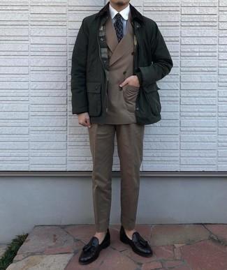 Dunkelblaue und weiße bedruckte Krawatte kombinieren – 267 Herren Outfits: Paaren Sie eine dunkelgrüne Jacke mit einer Kentkragen und Knöpfen mit einer dunkelblauen und weißen bedruckten Krawatte, um vor Klasse und Perfektion zu strotzen. Fühlen Sie sich mutig? Wählen Sie schwarzen Leder Slipper mit Quasten.