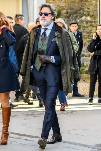 Hellblaues vertikal gestreiftes Businesshemd kombinieren: trends 2020: Paaren Sie ein hellblaues vertikal gestreiftes Businesshemd mit einer olivgrünen Jacke mit einer Kentkragen und Knöpfen für Ihren Bürojob. Fühlen Sie sich mutig? Entscheiden Sie sich für dunkelroten Leder Oxford Schuhe.