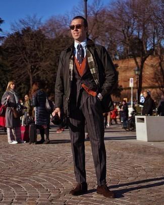 Schwarzen vertikal gestreiften Anzug kombinieren – 55 Herren Outfits: Kombinieren Sie einen schwarzen vertikal gestreiften Anzug mit einer schwarzen Jacke mit einer Kentkragen und Knöpfen für Ihren Bürojob. Machen Sie Ihr Outfit mit dunkelbraunen Wildleder Oxford Schuhen eleganter.