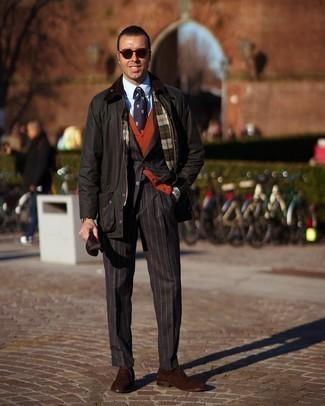Schwarzen vertikal gestreiften Anzug kombinieren – 55 Herren Outfits: Erwägen Sie das Tragen von einem schwarzen vertikal gestreiften Anzug und einer dunkelgrünen Jacke mit einer Kentkragen und Knöpfen, um einen eleganten, aber nicht zu festlichen Look zu kreieren. Dunkelbraune Wildleder Oxford Schuhe putzen umgehend selbst den bequemsten Look heraus.