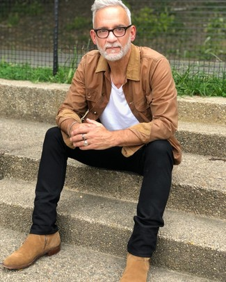 Beige Jacke mit einer Kentkragen und Knöpfen kombinieren: trends 2020: Tragen Sie eine beige Jacke mit einer Kentkragen und Knöpfen und eine schwarze Chinohose, um einen lockeren, aber dennoch stylischen Look zu erhalten. Beige Chelsea Boots aus Wildleder putzen umgehend selbst den bequemsten Look heraus.
