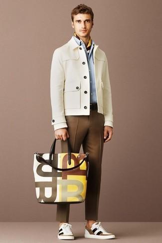 Hellbeige Jacke mit einer Kentkragen und Knöpfen kombinieren – 41 Herren Outfits: Kombinieren Sie eine hellbeige Jacke mit einer Kentkragen und Knöpfen mit einer braunen Anzughose für einen stilvollen, eleganten Look. Wenn Sie nicht durch und durch formal auftreten möchten, komplettieren Sie Ihr Outfit mit weißen und braunen niedrigen Sneakers.