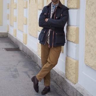 Dunkelblaue Jacke mit einer Kentkragen und Knöpfen kombinieren – 64 Herren Outfits: Vereinigen Sie eine dunkelblaue Jacke mit einer Kentkragen und Knöpfen mit einer beige Anzughose für eine klassischen und verfeinerte Silhouette. Dunkelbraune Wildleder Slipper mit Quasten sind eine gute Wahl, um dieses Outfit zu vervollständigen.
