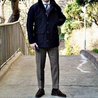 Dunkelblaue Jacke mit einer Kentkragen und Knöpfen kombinieren – 64 Herren Outfits: Paaren Sie eine dunkelblaue Jacke mit einer Kentkragen und Knöpfen mit einer grauen Wollanzughose für einen stilvollen, eleganten Look. Fühlen Sie sich mutig? Entscheiden Sie sich für dunkelbraunen Chukka-Stiefel aus Wildleder.