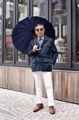 dunkelblaue Jacke mit einer Kentkragen und Knöpfen, hellblaues Businesshemd, weiße Chinohose, braune Leder Derby Schuhe für Herren