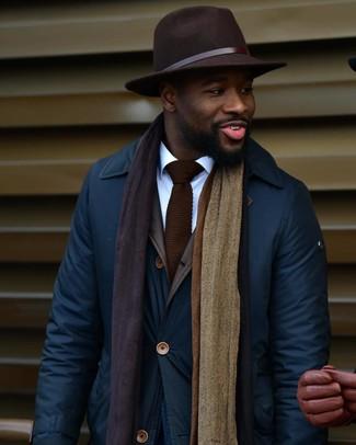 Dunkelblaue Jacke mit einer Kentkragen und Knöpfen kombinieren: trends 2020: Paaren Sie eine dunkelblaue Jacke mit einer Kentkragen und Knöpfen mit einem weißen Businesshemd für Drinks nach der Arbeit.