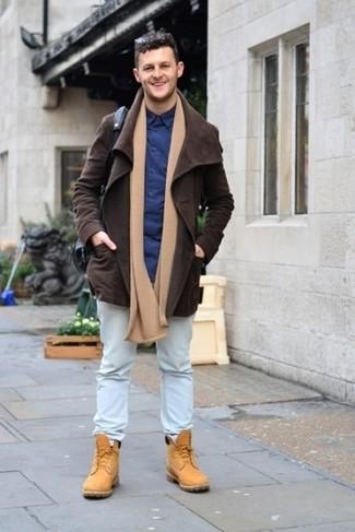Dunkelbraune Jacke mit einer Kentkragen und Knöpfen kombinieren: trends 2020: Kombinieren Sie eine dunkelbraune Jacke mit einer Kentkragen und Knöpfen mit hellblauen Jeans für ein bequemes Outfit, das außerdem gut zusammen passt. Wenn Sie nicht durch und durch formal auftreten möchten, wählen Sie beige Wildlederarbeitsstiefel.