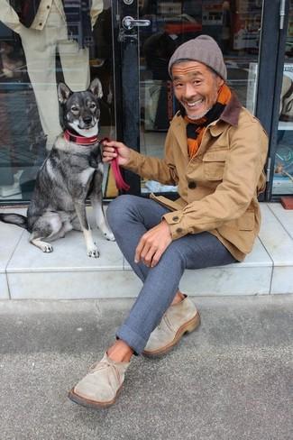 Wie kombinieren: braune Jacke mit einer Kentkragen und Knöpfen, dunkelblaue Wollchinohose, hellbeige Chelsea-Stiefel aus Wildleder, braune Mütze