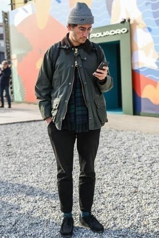 Schwarze Chukka-Stiefel aus Wildleder kombinieren: trends 2020: Vereinigen Sie eine dunkelgrüne Jacke mit einer Kentkragen und Knöpfen mit einer dunkelgrauen Chinohose für ein bequemes Outfit, das außerdem gut zusammen passt. Schwarze Chukka-Stiefel aus Wildleder sind eine perfekte Wahl, um dieses Outfit zu vervollständigen.